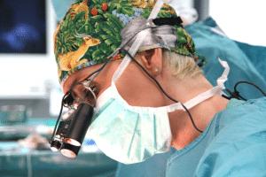 Dr. Simone Hellmann im OP